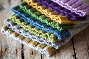 pile de chapeaux tricotés multicolores photo