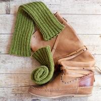 botte haute en cuir marron et jambières tricotées en bois vert photo