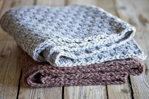 écharpes tricotées en laine grise et marron photo