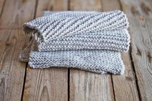 écharpe en tricot gris clair photo