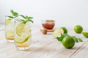 miel glacé et soda citron vert à la menthe - boisson rafraîchissante photo