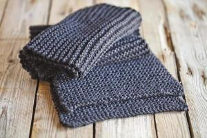 écharpe en tricot gris foncé photo