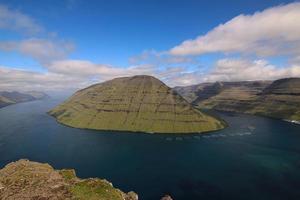 randonnée sur la montagne klakkur avec un superbe paysage de fjord panoramique et pittoresque sur les îles féroé photo