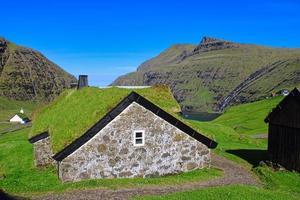 le village historique de saksun sur les îles féroé par une belle journée avec un ciel bleu en été photo