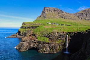 Mulafossur sur l'île de vagar, îles Féroé par une belle journée avec un ciel clair en été photo