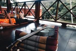 guitare acoustique en bois sur plancher de bois franc photo
