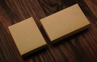 maquette de boîte en carton sur fond de bois photo
