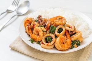 riz et fruits de mer sautés de crevettes et calamars au basilic thaï - style cuisine asiatique photo