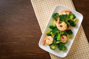 brocoli sauté aux crevettes - style de cuisine maison photo