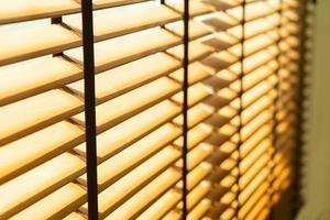 store en bambou en gros plan, rideau en bambou, poussin, store vénitien ou store pare-soleil - point de mise au point douce photo
