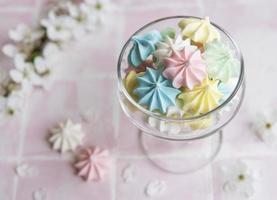 petites meringues colorées dans le verre photo