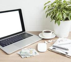 ordinateur portable avec des fournitures de bureau sur la table. photo
