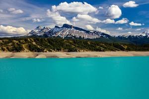 eaux bleues sulfureuses au repos. lac abraham, parc national banff, alberta, canada photo