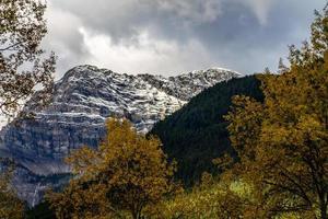 les couleurs automnales font leur apparition au soulier muletier. parc national banff, alberta, canada photo