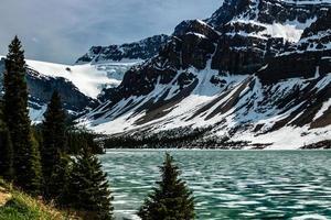 Bow au début du printemps avec encore de la glace sur le lac. parc national banff, alberta, canada photo