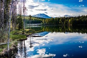 reflets matinaux dans les eaux cristallines du lac herbert. parc national banff, alberta, canada photo
