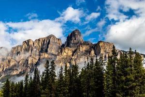 montagnes en cascade et couverture nuageuse. parc national banff, alberta, canada photo
