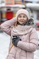 portrait d'une jeune femme en vêtements d'hiver chauds à l'extérieur lors d'un voyage. heure d'hiver, neige photo