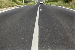 ligne de direction pour les voitures sur une route photo