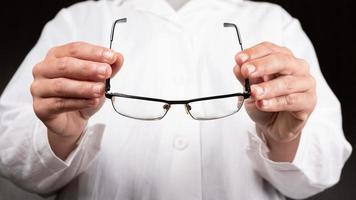 médecin opticien donne des lunettes à un patient pour améliorer la vision photo