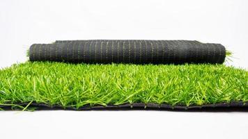 Rouleau d'herbe verte artificielle isolé sur fond blanc, pelouse photo