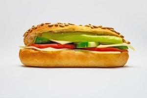 sandwich prêt-à-manger avec concombre, tomate, poivron et fromage cheddar photo