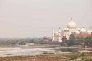 beau monument taj mahal sur la rive de la rivière yamuna photo