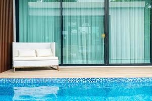 chaise de patio extérieur vide près de la piscine photo