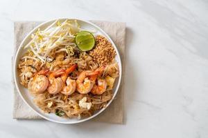 nouilles sautées aux crevettes et choux ou pad thai - style cuisine asiatique photo