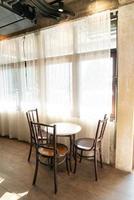 table et chaise vides dans un café et un restaurant photo