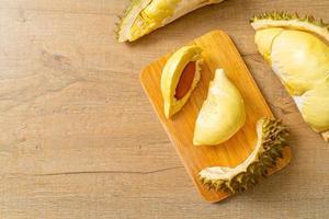 Durian mûr et frais, zeste de durian sur plaque blanche photo