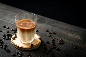 verre de café au lait, café au lait sur fond de bois photo