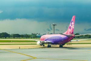 avion siam air pendant la tempête à l'aéroport de bangkok suvarnabhumi, thaïlande photo