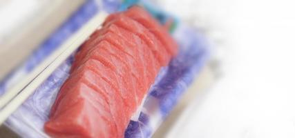 sashimis de thon. otoro sashimi sur plaque photo