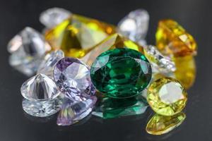 collection de nombreuses pierres précieuses naturelles différentes photo