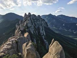 rocher d'ulsanbawi dans le parc national de seoraksan. Corée du Sud photo