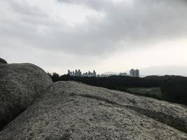 grosses pierres dans le parc de la ville de sokcho, corée du sud photo