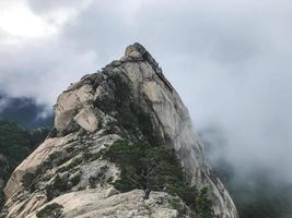 Gros rochers au parc national de Seoraksan, Corée du Sud photo