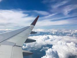 la vue depuis l'avion vers de beaux nuages photo