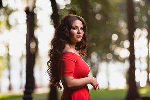 portrait en gros plan d'une belle jeune fille aux longs cheveux noirs ondulés photo