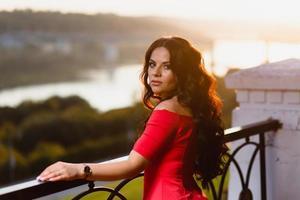portrait d'une jeune fille au fond du coucher du soleil d'été photo