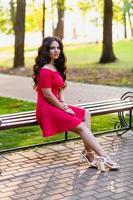portrait d'une belle jeune fille aux longs cheveux ondulés noirs photo