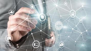 ict - technologies de l'information et des télécommunications et iot - concepts de l'internet des objets. diagrammes avec des icônes sur les arrière-plans de la salle des serveurs. photo