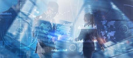 équipe commerciale diversifiée dans l'interface numérique de la ville. panneau de contrôle du renseignement. photo