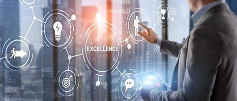 notion d'excellence. service de qualité. homme d'affaires appuyant sur l'écran virtuel d'excellence photo