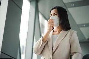 femme asiatique portant un masque n95 pour protéger la pollution pm2.5 et le virus. coronavirus covid-19 et concept de pollution de l'air pm2.5. photo