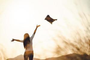 femme d'affaires heureuse et prospère jetant son manteau en l'air. concept de réussite de la liberté des affaires. photo