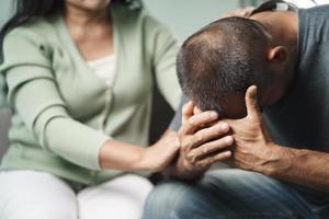 psychologue, amie ou famille assise et posant les mains sur l'épaule pour remonter le moral de l'homme dépressif, le psychologue fournit une aide mentale au patient. concept de santé mentale ptsd photo