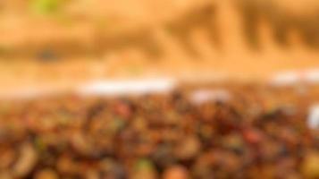photo floue de grains de café, encore crus, séchant au soleil brûlant