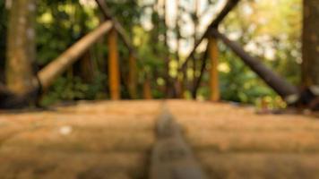 flou photo de pont en bambou dans la forêt de pins